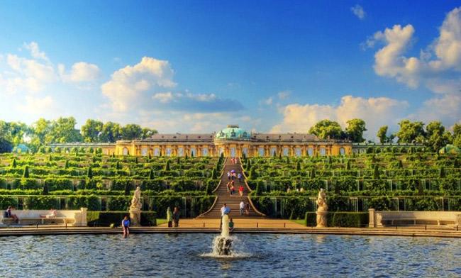 Ngày nay, cung điện trở thành điểm du lịch yêu thích của nhiều người. Du khách đến Sanssouci có thểchiêm ngưỡng khu vườn chè bậc thang tuyệt đẹp, những kiến trúc cổ điển và đặc biệt là những bức tượng của hoàng đế La Mã.