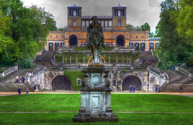 Cung điện Sanssouci thuộc thành phố Potsdam (Đức). Nơi đây từng là cung điện mùa hè của vua Frederick.