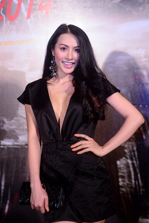 Trương Nhi diện váy xẻ sâu ngút ngàn - 1