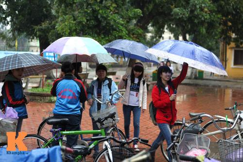 Hàng nghìn SV đội mưa hưởng ứng Giờ Trái đất - 1