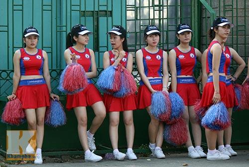 Dàn hotgirl đội nắng cổ vũ sao Bình Dương - 1