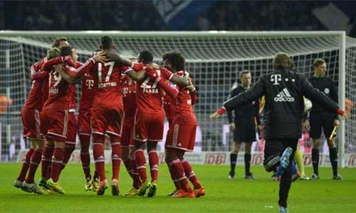 Bayern vô địch, ăn mừng với đĩa bạc... giả - 1