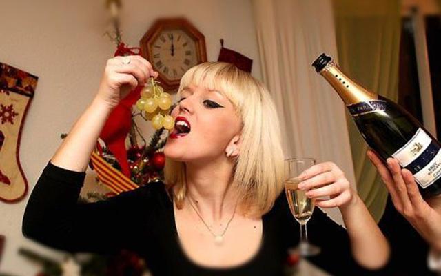 Người Tây Ban Nha có phong tục ăn đúng 12 quả nho trước khi đồng hồ điểm tới giờ khắc giao thừa. Người dân nước này quan niệm, 12 quả nho tượng trưng cho may mắn trong 12 tháng của năm mới.