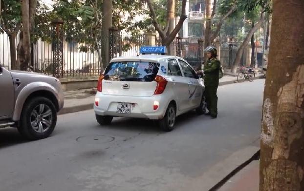 Clip: Cảnh sát lấy thân mình chặn taxi, tài xế vẫn cố tình vút chạy - 1