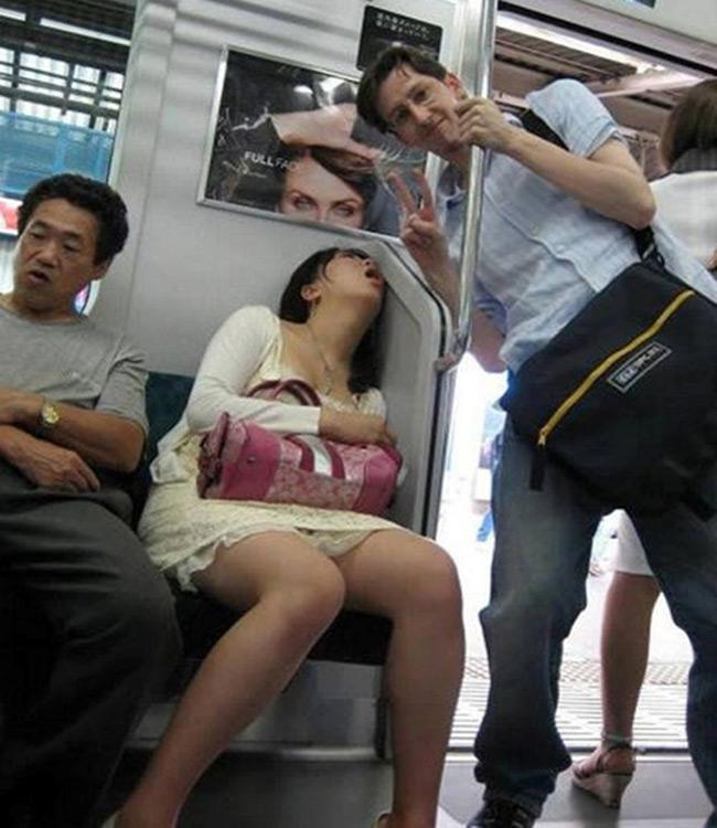 Tranh thủ lúc cô ấy ngủ chụp ké một kiểu