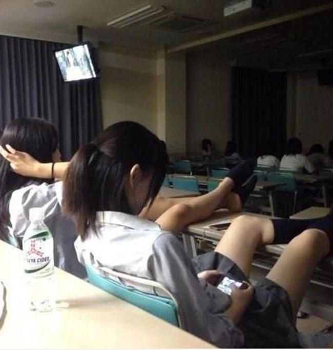 Hai nữ sinh ngồi gác hẳn chân lên bàn