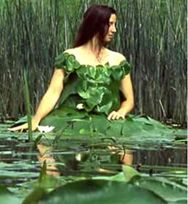 Chụp ảnh ở trong đầm thì phải mặc váy lá cây mới hợp chứ