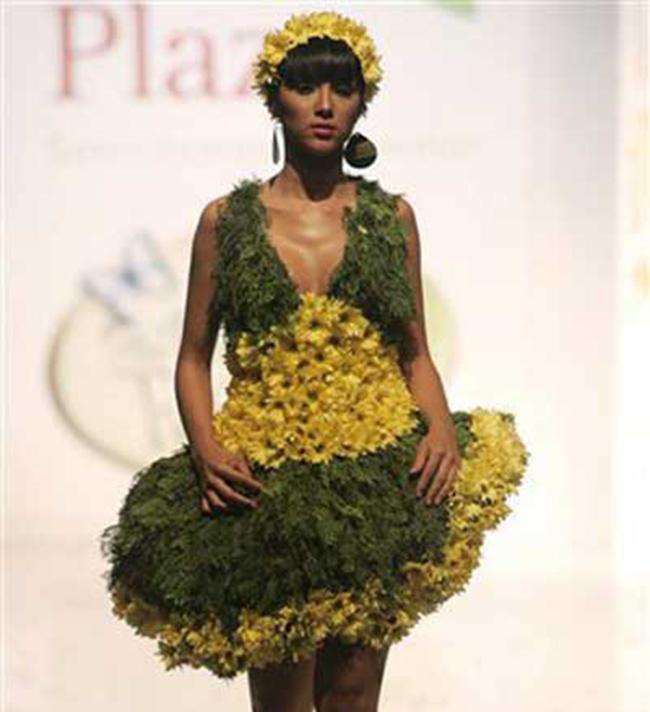 Nổi bật với bộ váy làm bằng hoa