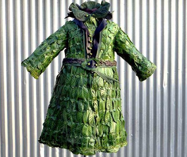Chiếc áo choàng được thiết kế bằng lá cây