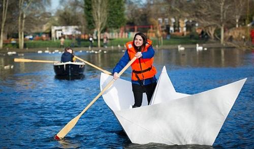 """Video: """"Khó tin"""" thuyền giấy có thể chở người trên hồ - 1"""