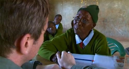 Cụ bà 90 tuổi vẫn theo học cấp 1 - 1