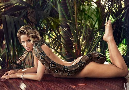Jennifer Lawrence khỏa thân chụp hình với trăn - 1