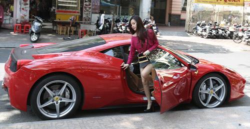 Vợ chồng Midu gây chú ý với siêu xe trên phố - 1