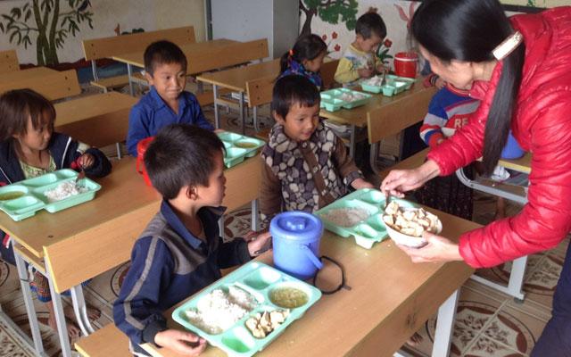 Hết lòng giúp trẻ vùng cao tới trường - 1
