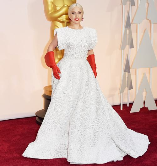 Lady GaGa khoe nhẫn đính hôn trên thảm đỏ Oscar - 1