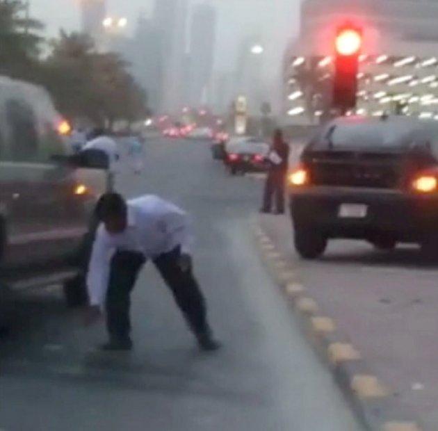 17 tỉ tiền mặt rơi như mưa xuống đường phố Dubai - 1
