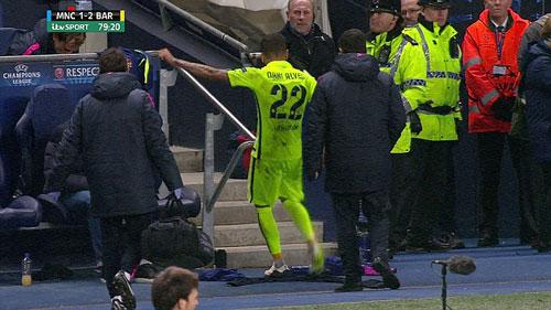 Không được đá bóng, Alves quay sang sút chai nước - 1