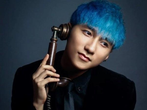 """Mái tóc xanh của Sơn Tùng gây ấn tượng mạnh với fan của nam ca sỹ. Tuy nhiên, chính mái tóc này khiến Sơn Tùng bị nhiều cư dân mạng cho là """"copy"""" phong cách của các ca sỹ Hàn Quốc."""