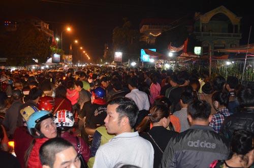 Dân chen lấn, xô đẩy đến ngất xỉu ở phiên chợ cầu may - 1
