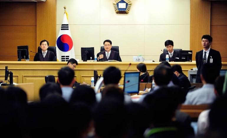Hàn Quốc bỏ luật cấm ngoại tình, bao cao su đắt khách - 1