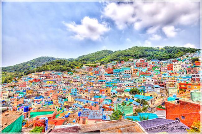 Nhắc đến Hàn Quốc, người ta hay nhớ đến phim ảnh, âm nhạc, công nghệ thẩm mỹ, hay đảo Jeju tươi đẹp. Với những người đam mê du lịch và ưa thích những trải nghiệm mới mẻ thì thành phố Busan với bãi biển Haeundae, tòa nhà Apec, công viên sinh thái Taejongdae, chợ cá Jagalchi là lựa chọn lý tưởng. Hơn thế nữa, khi nhắc đến Busan không thể không nhắc đến khu làng Taegeukdo sặc sỡ nhiều sắc màu.