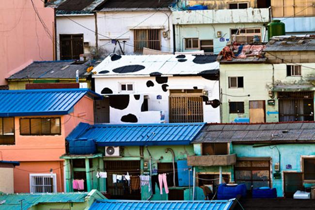 Ngôi làng được xây dựng từ những năm 50 của thế kỉ trước và có khoảng 800 nóc nhà với 4000 dân. Hiện tại, trong làng có khoảng 10.000 người dân sinh sống thường xuyên ở đây.