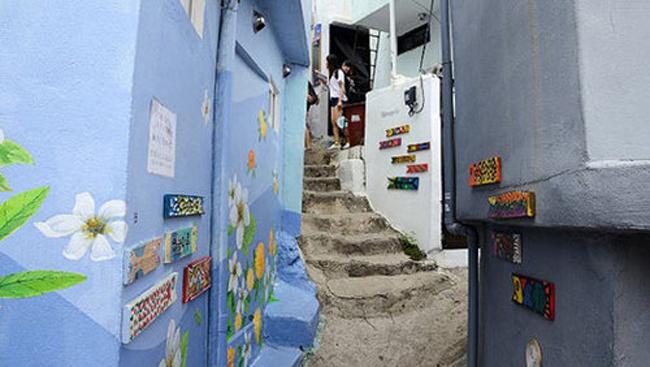 Những con đường quanh co quanh làng chủ yếu là những cầu thang nhỏ hay con dốc hẹp dài. Mặc dù được đánh số từ 1 đến 11 nhưng những ai lần đầu đến đây đều không thể tránh khỏi hoa mắt, chóng mặt như lạc vào một mê cung cầu vồng khi mỗi con hẻm lại dẫn tới ba hoặc bốn con hẻm khác.Tuy vậy, nhanh chóng bước chân bạn sẽ nhẹ nhàng khi cứ lang thang khắp từ ngõ ngày sang ngõ kia để rồi thích thú 'À', 'Ồ' khi nhìn thấy một công trình kiến trúc độc đáo, một ngôi nhà phối màu lạ mắt hay những lan can hoa lãng mạn.