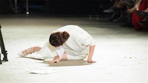 3 kiểu tai nạn dễ gặp của mẫu Việt trên sàn catwalk - 2