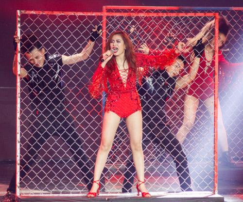Hoàng Thùy Linh gợi cảm và 'cực bợm' tại 'The Remix' - 1