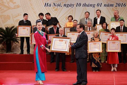 Bố con Tự Long cùng nhận danh hiệu NSƯT và NSND - 1