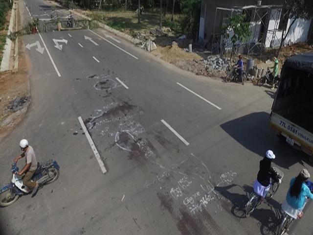 Xe máy kẹp 4 đụng xe tải, 3 thiếu nữ tử vong - 1