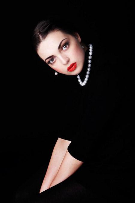 Chiếc váy đen và chuỗi ngọc trai huyền thoại - 1