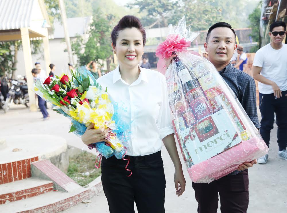 Á hậu doanh nhân Phương Lê giản dị về thăm trường cũ - 1