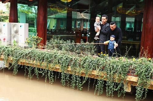 Gia đình Tú Dưa, Tuấn Hưng 'du hí' sau quà khủng 700 triệu - 1