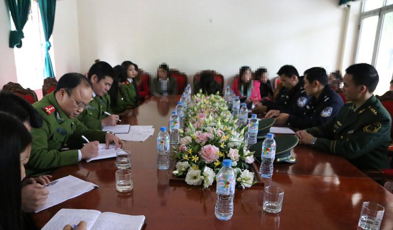 Giải cứu 8 cô gái trẻ bị lừa bán sang Trung Quốc - 1