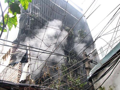 Nhà 3 tầng phát hỏa, dân xách từng xô nước chữa cháy - 1