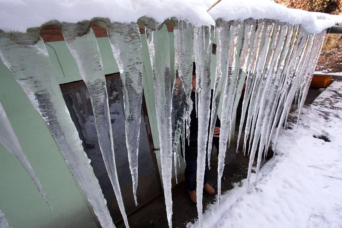 HQ: Ống nước đóng băng, đồng hồ nước vỡ vì lạnh giá - 1