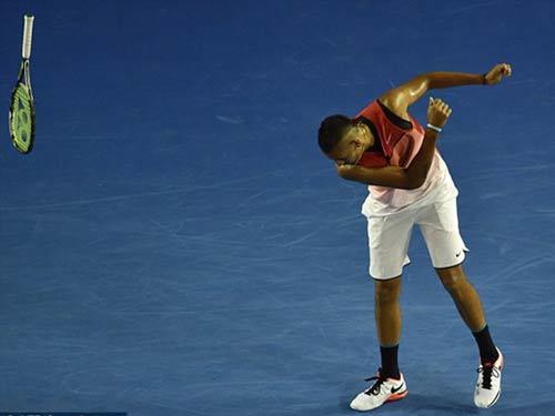 """Tin thể thao HOT 23/1: """"Trai hư"""" Kyrgios ném vợt, chửi tục - 1"""