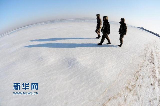 TQ: Đi bộ trên mặt biển như trên đất bằng vì quá lạnh - 1