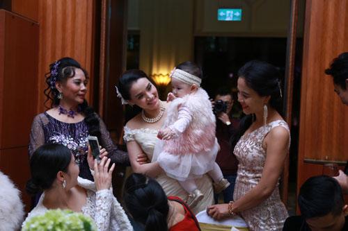Con gái Trang Nhung ngơ ngác trong tiệc cưới bố mẹ - 1