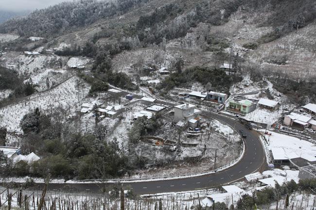 Dọc đường vào bản Khoang (cách trung tâm thị trấn Sa Pa 15km), nhìn từ trên cao xuống chỉ thấy một màu trắng của tuyết.