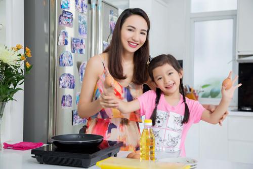 Gái yêu 5 tuổi nhà hoa hậu Ngọc Diễm trổ tài nấu nướng - 1