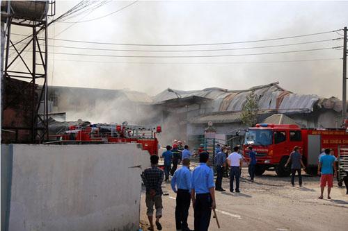 Cháy 3 công ty gỗ liền kề, công nhân tháo chạy tán loạn - 1