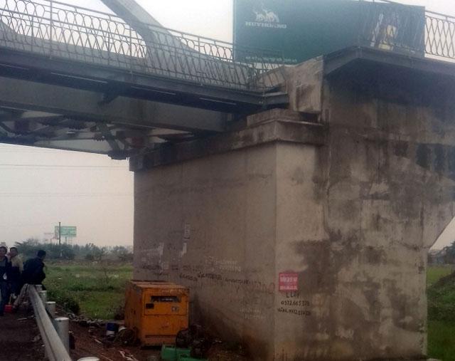 Hy hữu: Xe cẩu đâm lệch dầm cầu đường sắt ở Bắc Ninh - 2