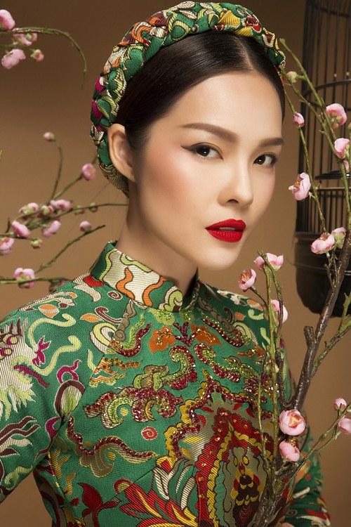Diễn viên Dương Cẩm Lynh đẹp ấn tượng với áo dài gấm - 2