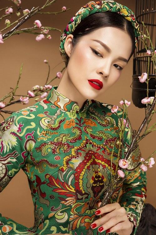 Diễn viên Dương Cẩm Lynh đẹp ấn tượng với áo dài gấm - 3