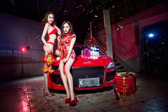 Cặp đôi diện những bộ trang phục màu đỏ, chiếc xe Audi R8 màu đỏ, và cả những hộp quà màu đỏ