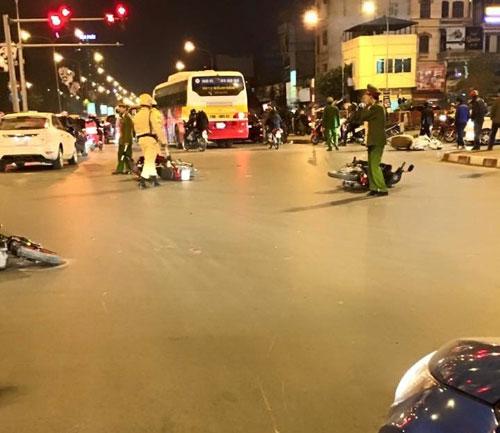 HN: Ô tô đâm liên hoàn 6 xe máy, 4 người bị thương - 1