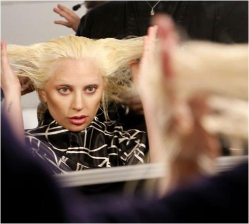 """Lady Gaga không thể """"quái"""" hơn khi thử sức với catwalk - 1"""