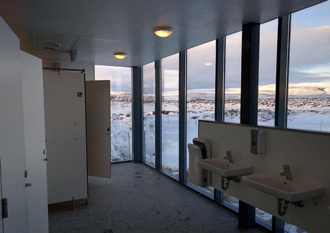 Nhà vệ sinh tại một trường học ở Iceland.
